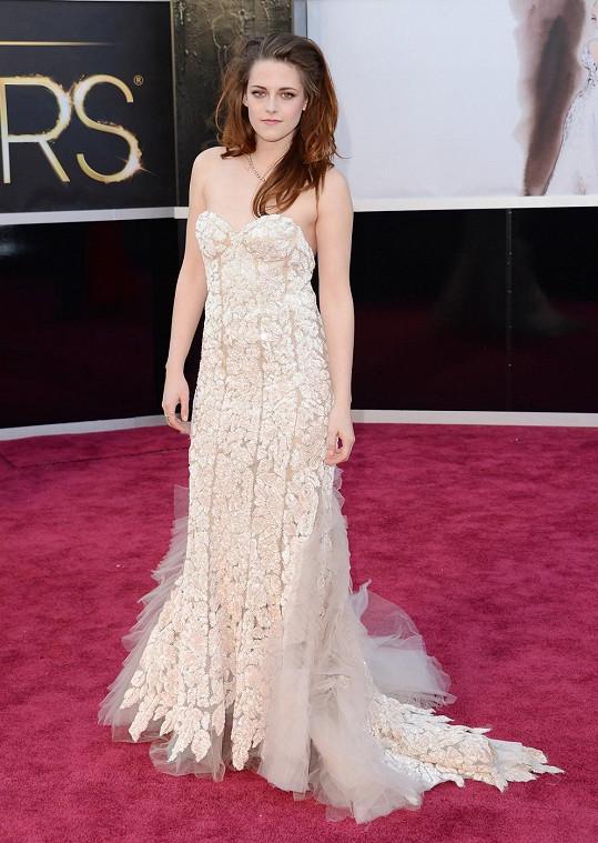 Zdá se, že se Kristen Stewart v šatech složených z krajkových dílců Reem Acra příliš necítí. Herečce se opravdu nedivíme.