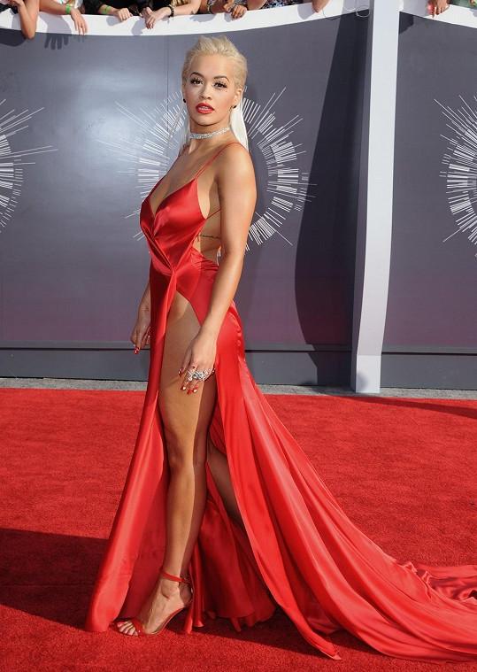 Demi Lovato možná v Lanvin modelu působila lehce oplácaně, to její kolegyni Ritě Oře se podařilo v ateliérovém modelu od Donny Karan křivky skvěle prodat a předvést se v tom nejlepším světle. A to považte, že pod v rafinovaně řešený model inspirovaný negližé nemohla kráska obléct spodní prádlo.