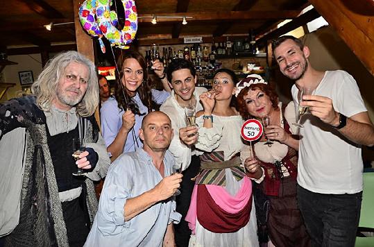 Karolina s kolegy na oslavě 50. reprízy