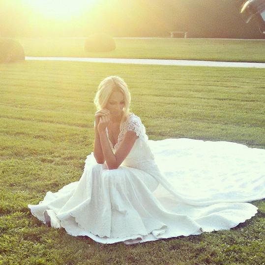 Tereza ve svatebních šatech jen fotila. Veselka se nekoná.