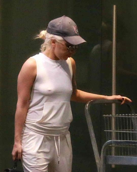 Zpěvačka na nákupech v Los Angeles