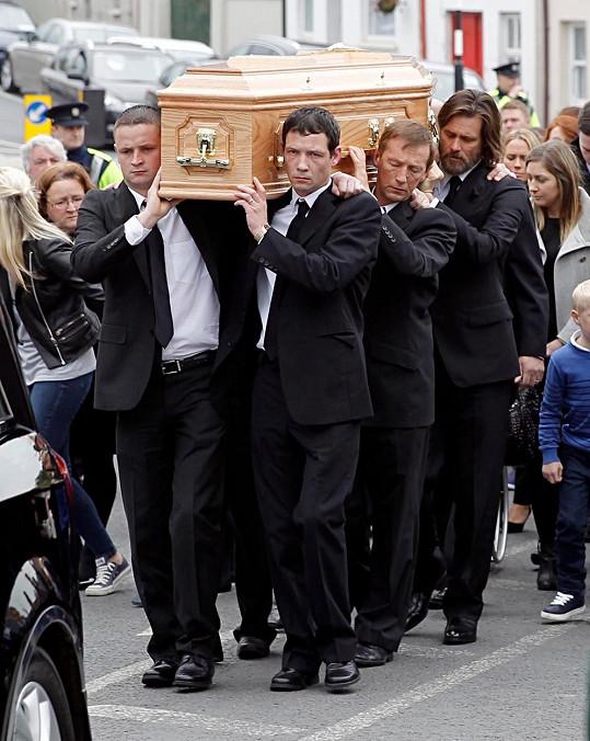 Společně s dalšími muži nesl rakev s ostatky své expřítelkyně.