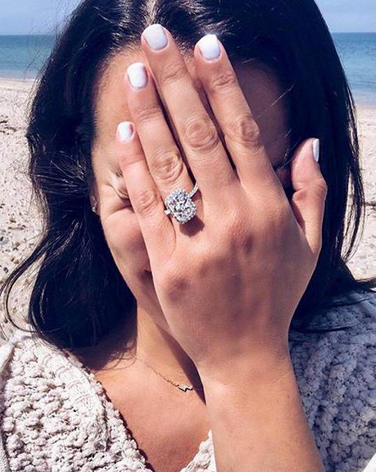 Prsten, který jí partner navlékl, i sám navrhl.