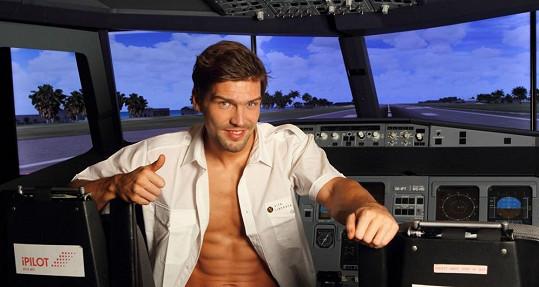 Muž roku si najde vždy vhodnou příležitost proč odhalit svaly.