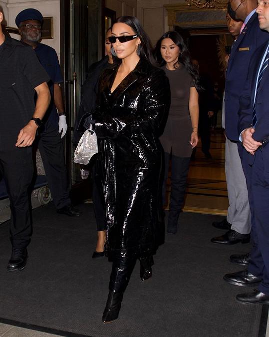 Při odchodu na večeři už na sobě měla Kardashian maličko odhalenější model, alespoň co se obličeje týče.