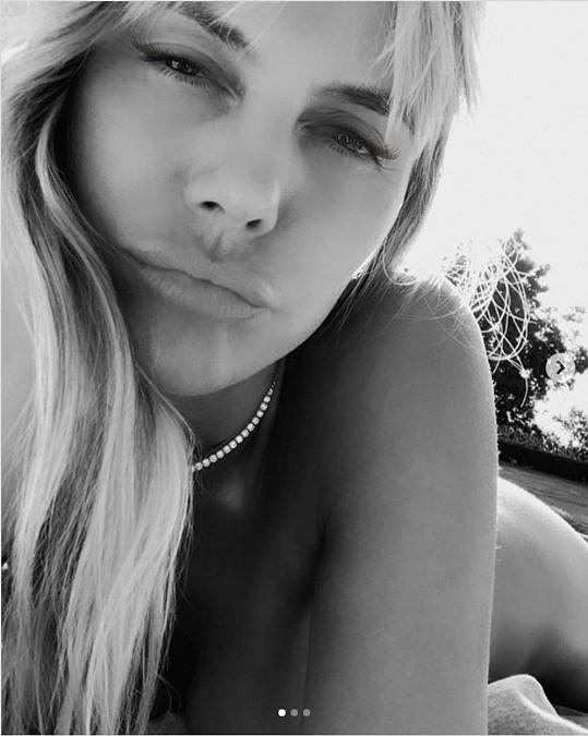 Heidi Klum sdílela s fanoušky několik selfie z domácí opalovačky.