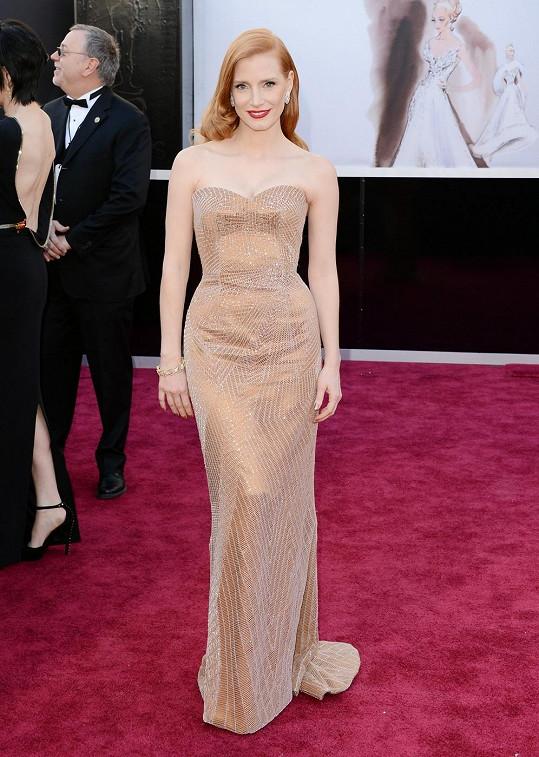 Sošku za nejlepší herecký výkon ve vedlejší roli si šla Jessica Chastain převzít v šatech bez ramínek Armani Prive. S kovovým povrchem korespondují střevíčky Christian Louboutin a šperky Harry Winston.