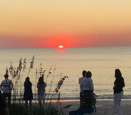 V podvečer si nenechávají ujít západ slunce.