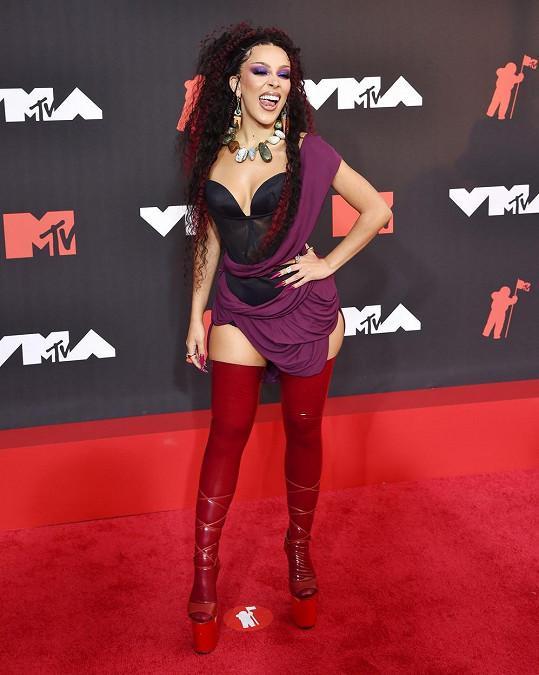 Zpěvačka Doja Cat předávání cen MTV moderovala.