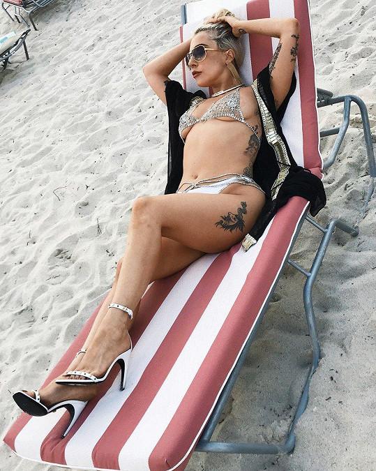 Lady Gaga na pláži v Miami