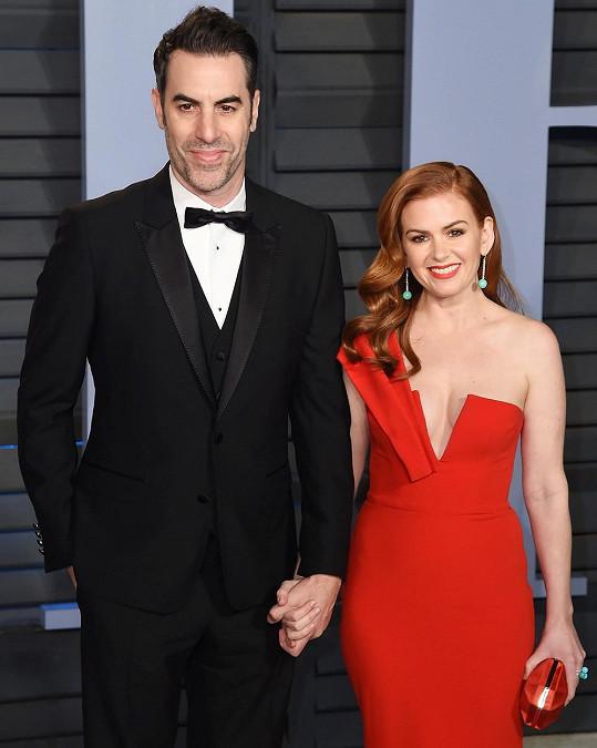 Manžel Sacha Baron Cohen se vedle sexy manželky vždy dme pýchou.