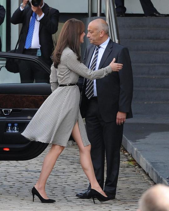 Kate si výjimečně troufla na šaty s rozparkem.