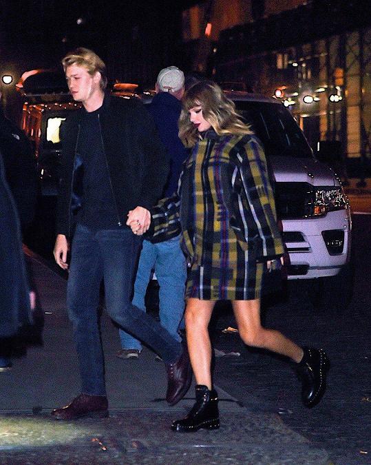 Taylor Swift s přítelem Joem Alwynem v nočním New Yorku (vyfoceno po zpěvaččině vystoupení na akci Jingle Ball)