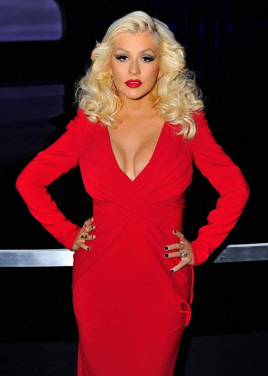 V červených šatech jí to neskutečně seklo.