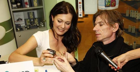 Jana Doleželová odebírala vzorek z bříška prstu.