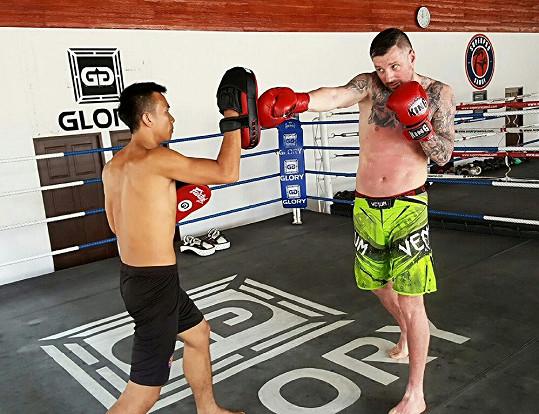 Trénuje s místními Thajci.