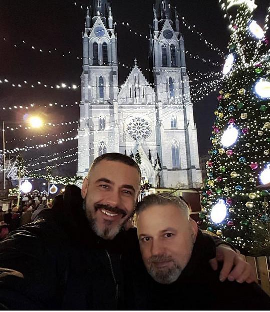Během vánočních svátků se zasnoubili.