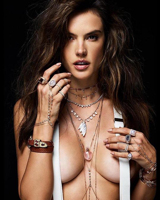 Alessandra Ambrosio je tváří značky šperků.