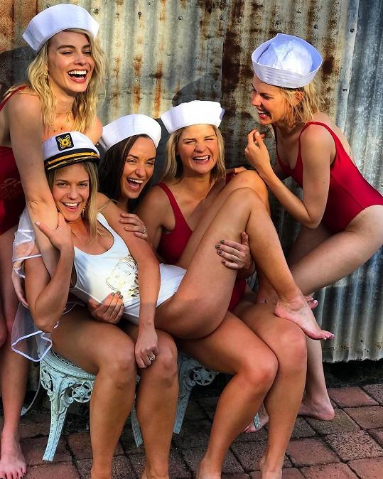 Herečka Margot Robbie (vlevo nahoře) na námořnicky laděné rozlučce se svobodou.