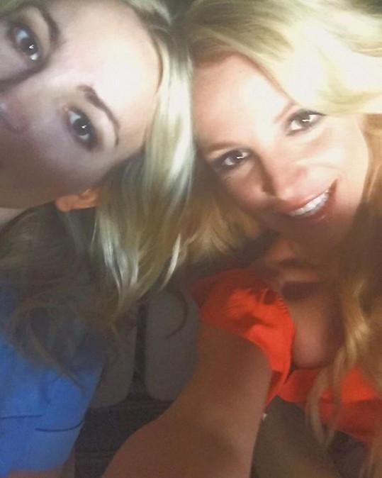 Britney se podělila i o nepříliš zdařilou selfie se sestrou Jamie, kterou přijela podpořit na její koncert.