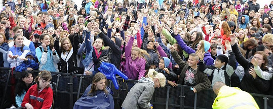 Na koncert a autogramiádu do Teplic dorazilo na dva a půl tisíce lidí.