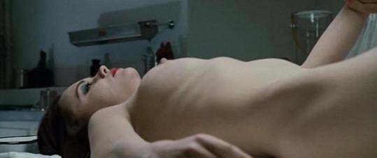 Christina Ricci měla být ve filmu mrtvá, nakonec se probudí v pohřebním ústavu.