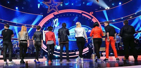 Všichni finalisté zezadu při Thrilleru Michaela Jacksona.