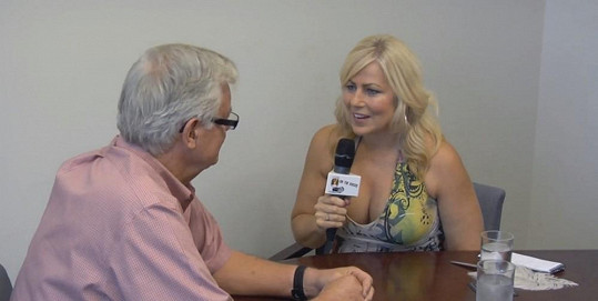 Lori Welbourne začala rozhovor oblečená.