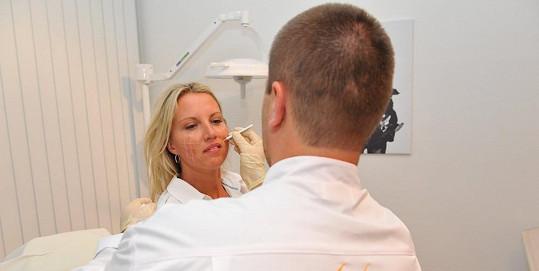 Yvonu svěřila do rukou zkušeným chirurgům.