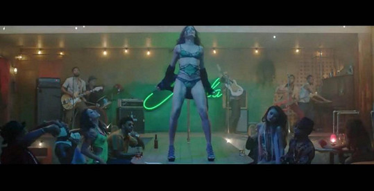 Freida Pinto v klipu Bruna Marse Gorilla.