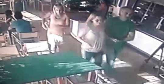 Martucciho video: Rychtář vede zmasakrovanou Bartošovou do restaurace.