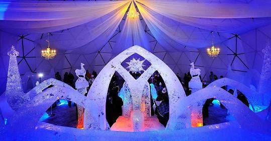 Ledový chrám hraje všemi barvami.