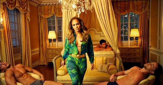 Ve videoklipu vystupuje jako zkušená svůdkyně.