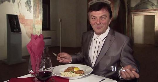 Pavel Trávníček u štědrovečerního stolu.