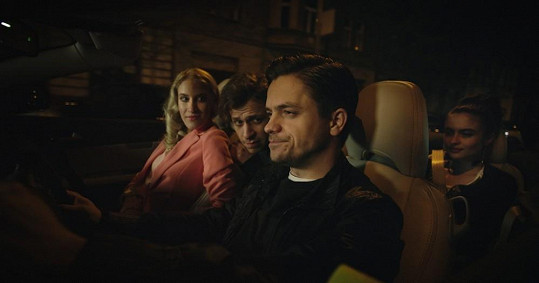 Mádl hraje ve filmu sebestředného floutka.
