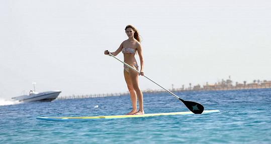 Míša předvedla své tělo na paddleboardu.