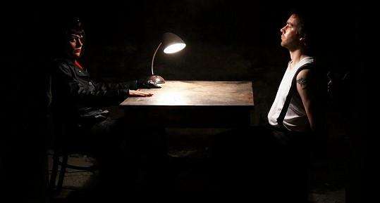 Klára Issová si v propagačním videu zahrála gestapačku. Podpořila tak novou divadelní hru PanzerFaust, kterou má na svědomí amatérský soubor Kabaret Caligula.