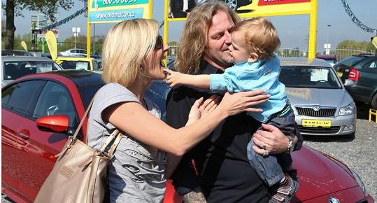 Manželka Jovanka si syna bere radši zpět do náručí, do super rychlého bouráku ho zřejmě jen tak nepustí.