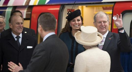 Těhotná Kate dostala placku s anglickým nápisem Dítě na palubě.