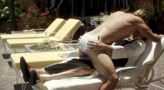 Matt a Michael Douglas v intimní scéně u bazénu.