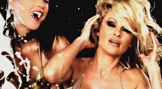 Pamela Anderson v reklamě, která mnohým přišla moc sexistická.