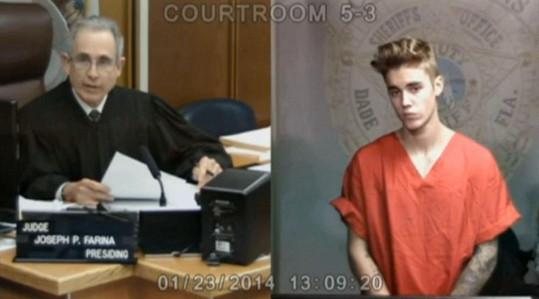 Frajírek Bieber bude za chvíli u soudu jako doma.