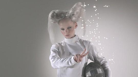 Anna Linhartová si zahrála v novém klipu ženu z budoucnosti.