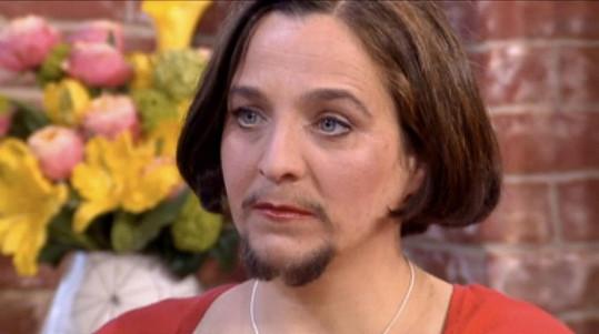 Vousatá žena se přestala holit a cítí se sebevědomější.