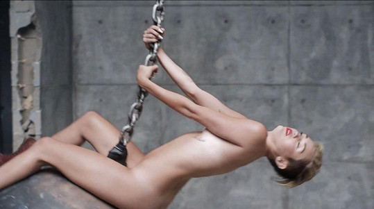 Kontroverzní klip Miley Cyrus Wrecking Ball