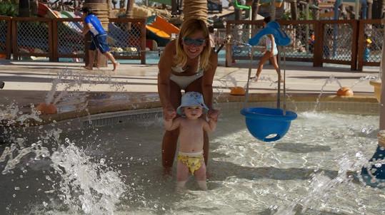 Opálená dýdžejka si často užívá s dětmi v místním aquaparku.