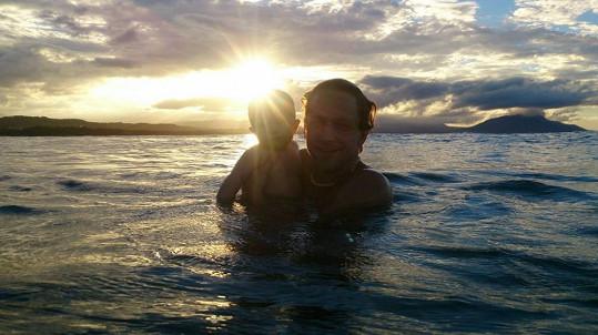 Tomáš Klus se s dcerou Josefínou ponořil do vln oceánu.