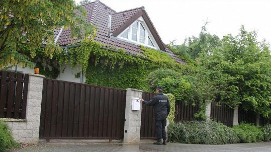 Policie zvoní u Bartošové. Nechce ji zatknout, ale zachránit.