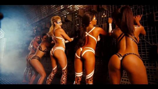 Ne, tohle není pornofilm s bondage tematikou, ale videoklip otce Miley Cyrus.
