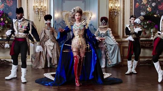 Beyoncé si během focení osvojila královské pózy.